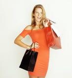 Junge hübsche Frau mit Taschen auf Weihnachtsverkauf herein Lizenzfreie Stockbilder