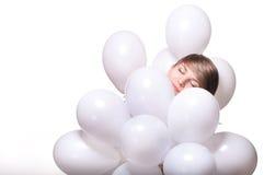 Junge hübsche Frau mit weißen baloons Stockfotografie