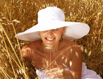 Junge hübsche Frau in tragendem Hut des Feldes Stockfotos