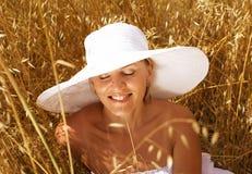 Junge hübsche Frau in tragendem Hut des Feldes Stockbild