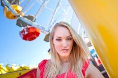 Junge hübsche Frau vor einem Riesenrad Stockbilder