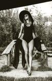 Junge hübsche Frauen auf dem Strand in der schwarzen Badebekleidung Lizenzfreies Stockfoto