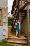 Junge hübsche Frauen, die auf alter Treppe aufwerfen Lizenzfreies Stockbild