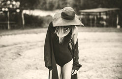 Junge hübsche Frauen, die auf den Strand gehen Lizenzfreies Stockbild