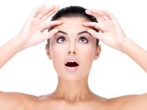 Junge hübsche Frauenpressungshaut auf Stirn Stockfoto