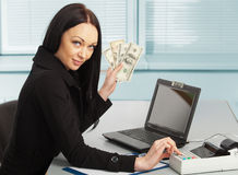 Junge hübsche Geschäftsfrau mit Notizbuch im Büro Stockfotos