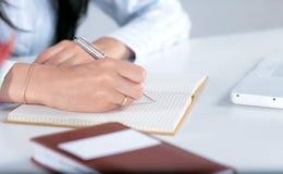 Junge hübsche Geschäftsfrau mit Notizbuch im Büro Stockfotografie