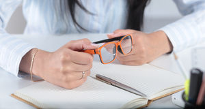Junge hübsche Geschäftsfrau mit Notizbuch im Büro Lizenzfreie Stockbilder