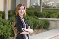 Junge hübsche Geschäftsfrau Portrait Outside Stockfotos