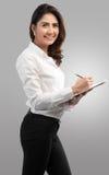 Junge hübsche Geschäftsfrau schreiben auf Klemmbrett Stockbild