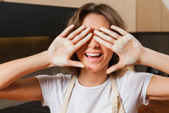 Junge hübsche Hausfrau in der Küche mit Mehl auf Händen Stockfoto