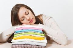 Junge hübsche Hausfrau Frau getrennt auf weißem Hintergrund Haushaltungskonzept Kopieren Sie Raum für Anzeige lizenzfreie stockfotografie
