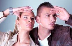 Junge hübsche Paare starren irgendwo an Stockbild
