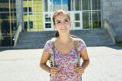 Junge hübsche Studentin am College Lizenzfreies Stockfoto