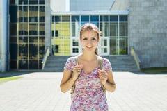 Junge hübsche Studentin am College Lizenzfreie Stockfotos
