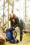 Junge, hübscher bärtiger Kerl stoppten für einen Bruch im Wald lizenzfreies stockbild