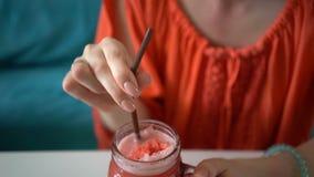 Junge h?bsche Frau, die neue tropische Wassermelone Smoothieersch?tterung mit Eis trinkt stock footage