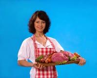 Junge Hausfrau bietet Fleischprodukte an Lizenzfreie Stockbilder