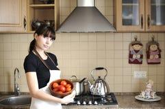 Junge Hausfrau in der Küche Stockbild