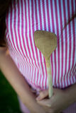 Junge Hausfrau mit Löffel clousep lizenzfreie stockfotos