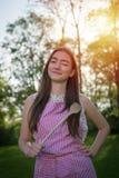 Junge Hausfrau mit Löffel in einer natürlichen Umwelt stockfotografie