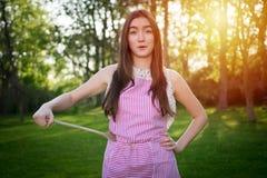Junge Hausfrau mit Löffel in einer natürlichen Umwelt stockfotos