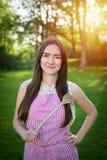 Junge Hausfrau mit Löffel in einer natürlichen Umwelt stockbilder
