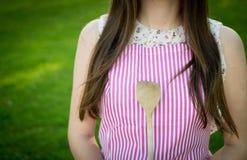 Junge Hausfrau mit Löffelnahaufnahme lizenzfreies stockfoto