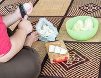 Junge Hausfrau schneidet den frischen Kürbis stockfoto