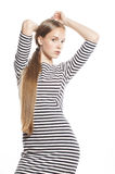 Junge hübsche Frau im eleganten Streifenkleid lokalisiert Stockbilder
