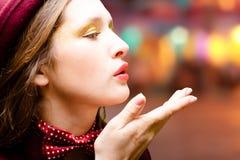 Junge hübsche Frau mit der Fliege, die Luftkuß sendet Stockfoto
