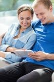 Junge Heirat unter Verwendung der Tablette Stockbild