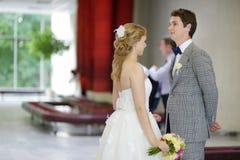 Junge heiratende Paare stockbild