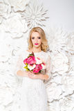 Junge herrliche Frau, Braut, blondes langes gelocktes Haar, Studiodekor Stockfotos