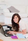 Junge herrliche Frau, die mit ihrem Laptop sich entspannt stockfotos