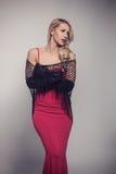 Junge herrliche kaukasische Blondine im roten Kleid Retro- Blick Lizenzfreies Stockbild