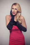 Junge herrliche kaukasische Blondine im roten Kleid Retro- Blick Lizenzfreie Stockbilder