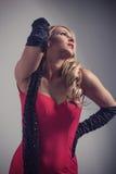 Junge herrliche kaukasische Blondine im roten Kleid Retro- Blick Lizenzfreies Stockfoto