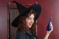 Junge Hexe mit Tränken Lizenzfreies Stockbild