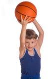 Junge hielt einen Basketballball über einem Kopf Lizenzfreies Stockbild