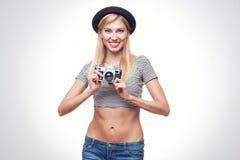 Junge Hippie-Frau in der flippigen Kleidung Lizenzfreie Stockbilder