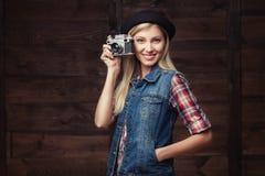 Junge Hippie-Frau in der flippigen Kleidung lokalisiert auf weißem Hintergrund Stockbilder