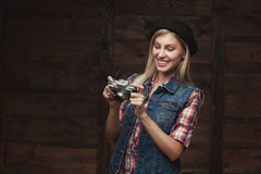 Junge Hippie-Frau in der flippigen Kleidung lokalisiert auf weißem Hintergrund Lizenzfreie Stockfotos