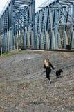 Junge Hippie-Frau, die Spaß mit ihrem Hund hat lizenzfreies stockfoto