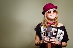 Junge Hippie-Frau im lustigen Ausstattungsdurchlöchern des Hutes Stockfoto