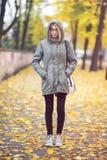 Junge Hippie-Frau mit Gläsern im Herbst Lizenzfreie Stockbilder