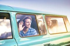 Junge Hippie-Freunde auf Autoreise Stockfoto