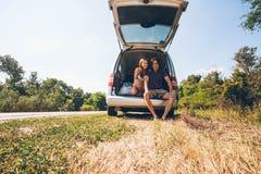 Junge Hippie-Freunde auf Autoreise an einem Sommertag Euro-Reise Stockfotografie
