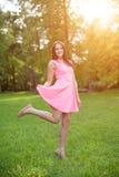 Junge Hippie-Modellfrau zufälliges Mädchen auf dem Gebiet im Sonnenuntergang im spri Lizenzfreies Stockbild