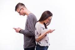 Junge Hippie-Paare in der Liebe, die mit Telefonen sich ignoriert Lizenzfreie Stockbilder